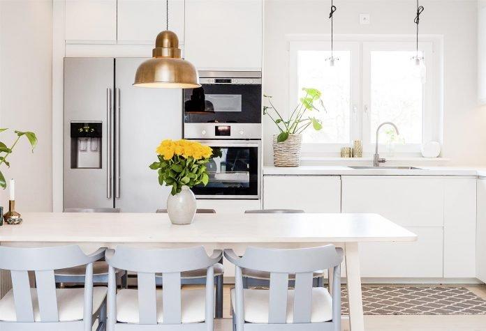 Ett komplett kök med alla apparater och matbord | Hurbuzz