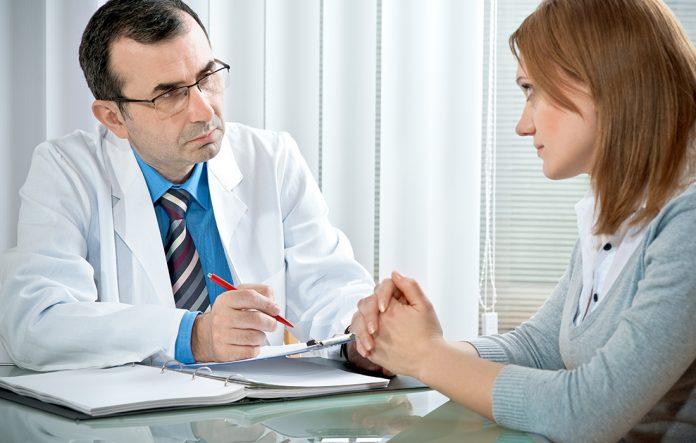 Läkare och patient diskuterar om stressrehab | Hurbuzz