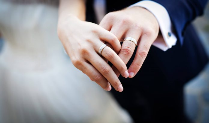 Nyligen gifta par som visar sin förlovningsring | Hurbuzz