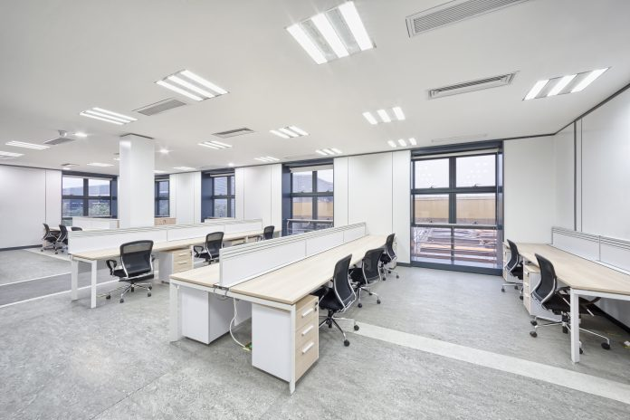 Kontorsutrymme skapat med akustiska tak för att absorbera ljud   Hurbuzz