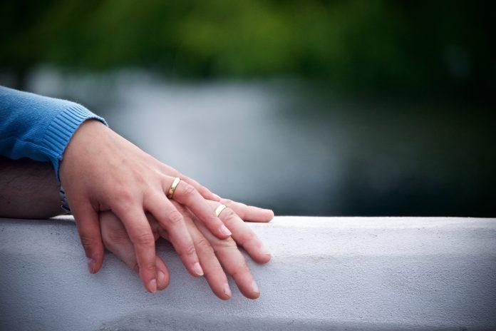 Bröllopsringar i guld - för dig med gyllene hudton | Hurbuzz