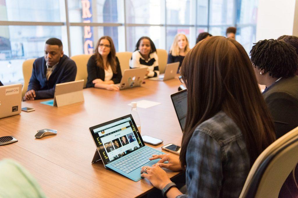 Anställda som deltar i mötet i konferensrum | Hurbuzz